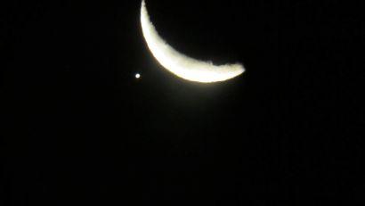 01 Mjesec se osvjetljenom stranom približava Jupiteru - gledano prostim okom
