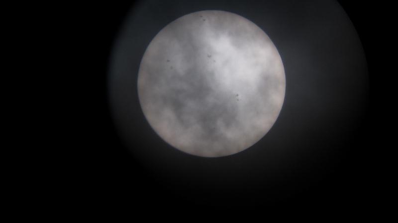 Sunce kroz teleskop Perzeida 22. travnja 2012. I kroz poluprozirne oblake mogu se vidjeti pjege (kad ih ima) (foto M. Vujić)